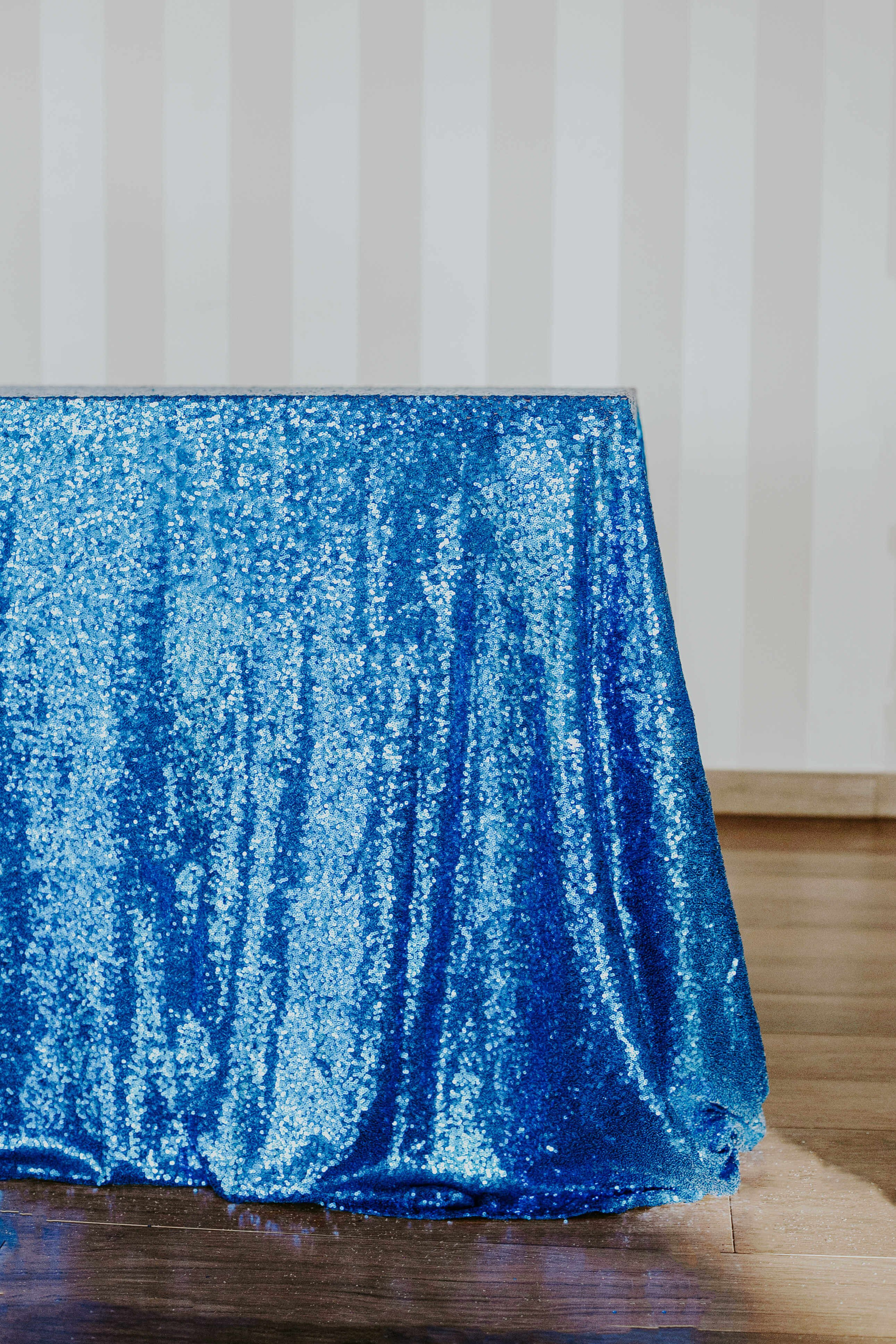 Niebieski obrus cekinowy