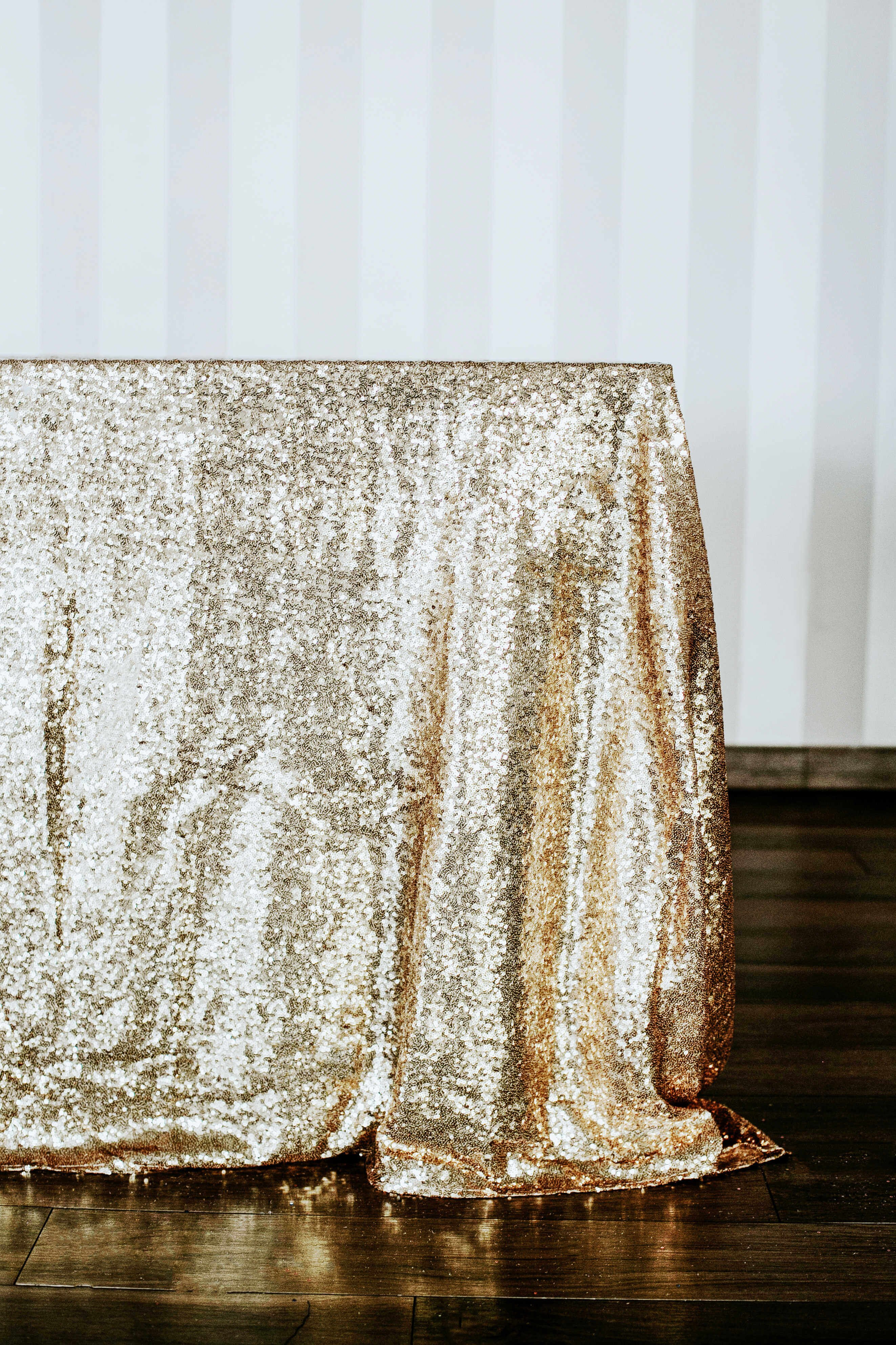Złoty obrus cekinowy